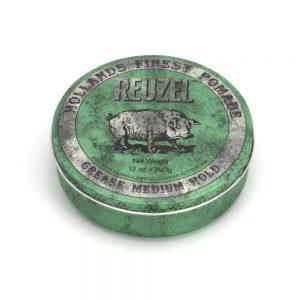 Reuzel Green Grease Medium Hold Piglet je pomáda od holandského barbershopu Schorem, ktorá je na báze oleja a včelieho vosku. Dodáva vlasom stredný lesk so strednou fixáciou.